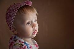 Muchacha de un a?o feliz del retrato que presenta en jugar el sitio foto de archivo libre de regalías