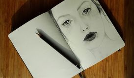 Muchacha de un Sketchbook Imagenes de archivo