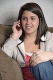 Muchacha de universidad que habla en su teléfono celular Imágenes de archivo libres de regalías