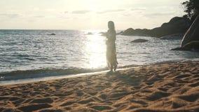 Muchacha de vacaciones que camina por el océano metrajes