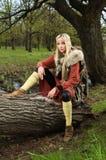 Muchacha de Vikingo con la espada en una madera imagen de archivo libre de regalías