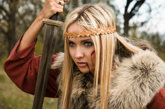 Muchacha de Vikingo con la espada en una niebla fotografía de archivo