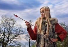 Muchacha de Vikingo con la flecha Fotografía de archivo libre de regalías
