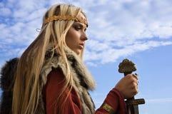 Muchacha de Vikingo en un fondo del cielo azul Imágenes de archivo libres de regalías