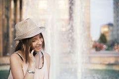 Muchacha de Youn con el teléfono elegante Foto de archivo