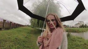 Muchacha debajo de un paraguas en mún tiempo almacen de video