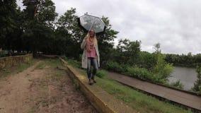 Muchacha debajo de un paraguas en mún tiempo metrajes