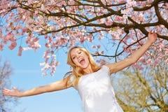 Muchacha debajo del árbol rosado de la flor de cerezo fotografía de archivo
