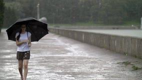 Muchacha debajo del paraguas bajo la lluvia fotos de archivo