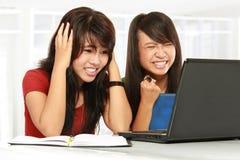 Muchacha decepcionante del estudiante en la computadora portátil Foto de archivo libre de regalías