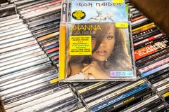 Muchacha del álbum A del CD de Rihanna como mí 2006 en la exhibición en venta, el cantante, la empresaria y la actriz barbadenses foto de archivo