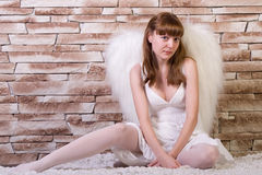 Muchacha del ángel con el fondo del ladrillo Fotos de archivo