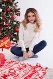 Muchacha del árbol de navidad del Año Nuevo Foto de archivo libre de regalías