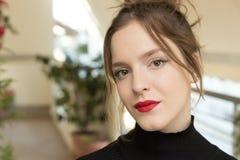 Muchacha del adolescente, 16 años Estilo de pelo de Updo Imágenes de archivo libres de regalías