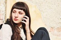Muchacha del adolescente afuera en el teléfono Imágenes de archivo libres de regalías