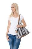 Muchacha del adolescente aislada sobre blanco con la cesta de compras que mira s Fotografía de archivo libre de regalías