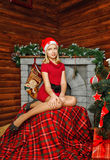 Muchacha del adolescente cerca del árbol de navidad Foto de archivo