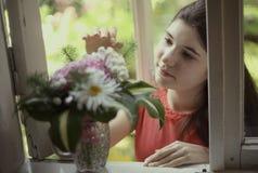 Muchacha del adolescente con cierre del boupuet de la hortensia encima de la foto Fotos de archivo