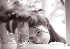 Muchacha del adolescente con cierre del boupuet de la hortensia encima de la foto Imagen de archivo libre de regalías