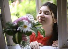 Muchacha del adolescente con cierre del boupuet de la hortensia encima de la foto Foto de archivo