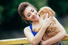 Muchacha del adolescente con el caniche rojo Imagen de archivo libre de regalías