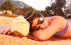 Muchacha del adolescente con el coco y la paja Foto de archivo libre de regalías
