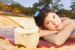 Muchacha del adolescente con el coco y la paja Imagen de archivo