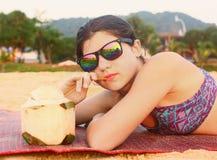 Muchacha del adolescente con el coco y la paja Fotografía de archivo libre de regalías