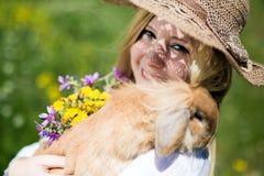 Muchacha del adolescente con el conejito en la naturaleza Fotografía de archivo libre de regalías