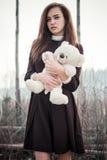 Muchacha del adolescente con el juguete del oso de peluche en manos Imagen de archivo libre de regalías