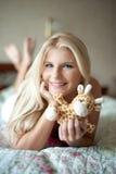 Muchacha del adolescente con el juguete en su cama Imagenes de archivo
