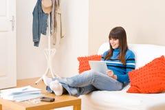 Muchacha del adolescente con el ordenador de la tablilla de la pantalla táctil Imágenes de archivo libres de regalías