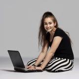 Muchacha del adolescente con el ordenador portátil Imagen de archivo