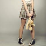 Muchacha del adolescente con el oso de peluche Fotografía de archivo libre de regalías