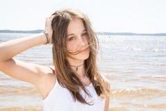 muchacha del adolescente con el pelo que sopla en el viento al lado del mar Fotografía de archivo