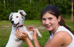 Muchacha del adolescente con el perrito blanco del dalmatin Foto de archivo libre de regalías