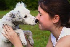 Muchacha del adolescente con el perrito blanco del dalmatin Fotografía de archivo libre de regalías