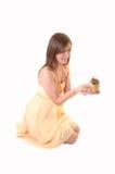 Muchacha del adolescente con el regalo. Fotos de archivo libres de regalías