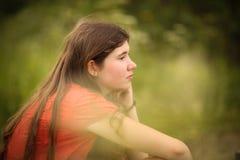 Muchacha del adolescente con el retrato al aire libre del pelo marrón de largo grueso Imagen de archivo