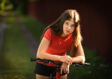 Muchacha del adolescente con el retrato al aire libre del verano del país de la bicicleta Imagen de archivo libre de regalías