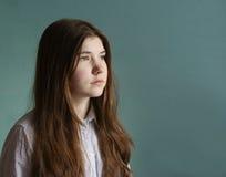 Muchacha del adolescente con el retrato triste del pelo marrón largo Fotografía de archivo