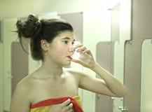 Muchacha del adolescente con el vidrio de la toalla y de agua después de la ducha Imagen de archivo