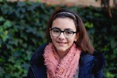 Muchacha del adolescente con la bufanda en el jardín Foto de archivo libre de regalías