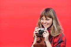 Muchacha del adolescente con la cámara vieja de la película Foto de archivo libre de regalías