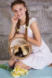 Muchacha del adolescente con la cesta llena de polluelos Foto de archivo libre de regalías