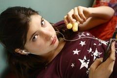 Muchacha del adolescente con la charla del teléfono celular Imagen de archivo libre de regalías