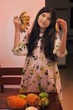 Muchacha del adolescente con la fruta tropical del mini plátano de la piña del mango Imagen de archivo libre de regalías