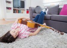 Muchacha del adolescente con la guitarra acústica Foto de archivo libre de regalías