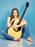 Muchacha del adolescente con la guitarra acústica en estilo de la ciudad Fotografía de archivo