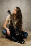 Muchacha del adolescente con la guitarra eléctrica Imagen de archivo libre de regalías
